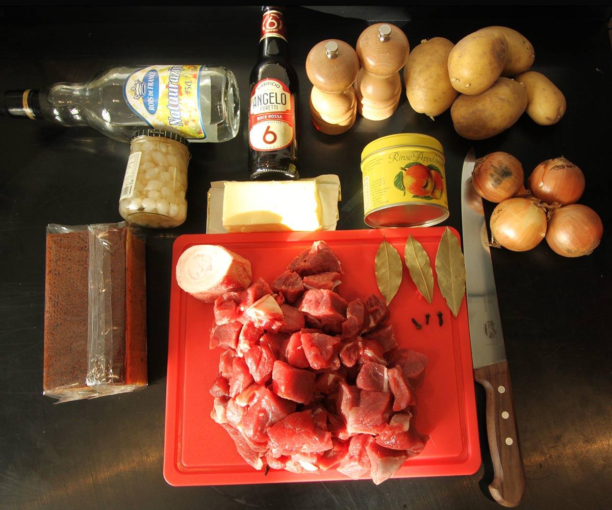 Zuurvlees stoofvlees flat lay